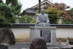 織田信包の銅像