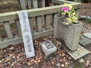淀君の霊の石碑