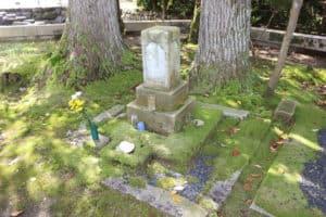 愛王丸、小少将、光徳院の3名共同墓
