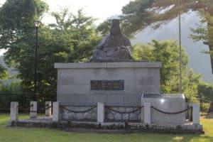 栃尾城近くにある上杉謙信の銅像