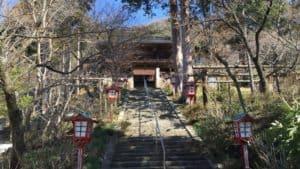 大善寺の山門前