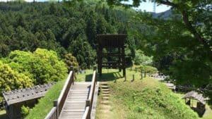 真弓山城の本丸から南の丸を望む