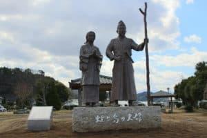北条政子と源頼朝の像