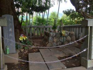 井殿の塚にある井伊直満・井伊直義の輪塔
