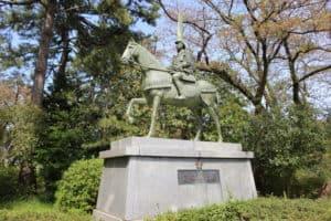 越中・高岡城にある前田利長の銅像