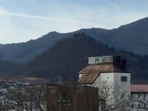 上山城から虚空蔵山城を望む