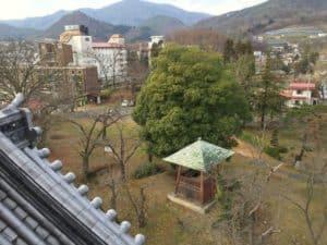 上山城から望む本丸跡