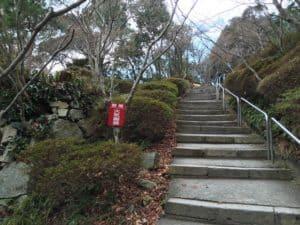 八幡山城の本丸へ