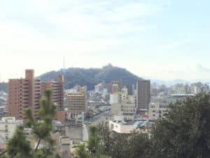 湯築城から望む松山城