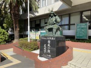 三好長慶の銅像