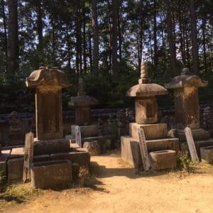 左から 宗冬・宗矩・十兵衛・宗在の江戸柳生歴代当主の墓