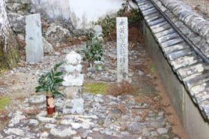 安芸国虎の近習の墓