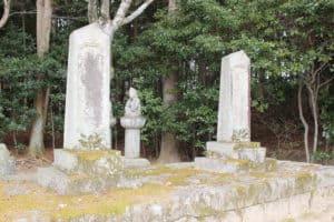 遠山景行の墓と遠山利景の墓