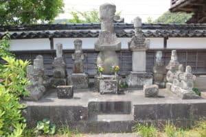 里見忠義と八賢士の墓